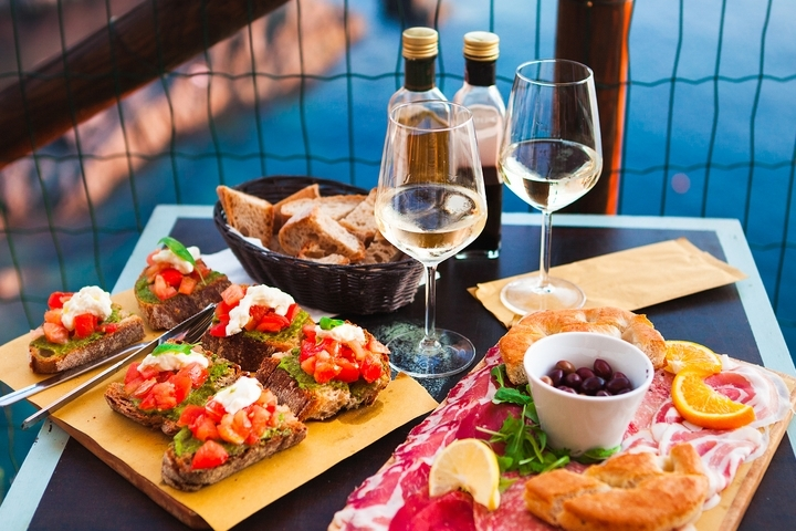 6 Best Snacks to Serve with White Wine